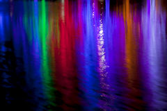Abstrakt begrepp av LED tänder för jul som reflekterar i vatten Arkivfoto
