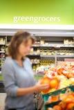 Abstrakt begrepp av mumshopping i en supermarketgrönsakshandlare arkivbild