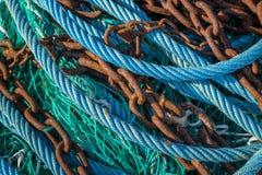 Abstrakt begrepp av olika blått, gröna rep och rostiga kedjor royaltyfri foto