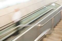 Abstrakt begrepp av rulltrappan i rörelse. Royaltyfria Foton