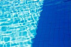 Abstrakt begrepp av solen reflekterade i vattnet av simbassängen: Bl Arkivfoton