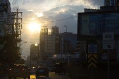 Abstrakt begrepp av trafik i staden med effektivt solsken runt om w Royaltyfri Bild