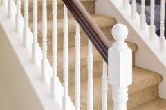 Abstrakt begrepp av trapparäcket och mattade moment i hus Arkivbilder