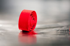 Abstrakt begrepp bakgrundsbild av rött papper röra sig i spiral på pappers- bakgrund Royaltyfria Bilder