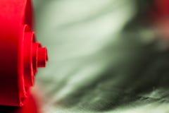 Abstrakt begrepp bakgrundsbild av rött papper röra sig i spiral på pappers- bakgrund Royaltyfri Foto