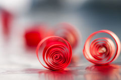 Abstrakt begrepp bakgrundsbild av rött papper röra sig i spiral på pappers- bakgrund Royaltyfri Fotografi