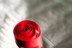 Abstrakt begrepp bakgrundsbild av rött papper röra sig i spiral på pappers- bakgrund Royaltyfria Foton