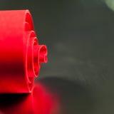 Abstrakt begrepp bakgrundsbild av rött papper röra sig i spiral på pappers- bakgrund Arkivfoton