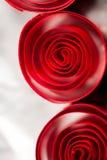Abstrakt begrepp bakgrundsbild av rött papper röra sig i spiral på pappers- bakgrund Arkivbild