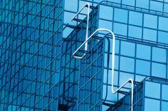 Abstrakt begrepp beskådar av kontorskvarterfönster med blått tonat exponeringsglas Arkivbild