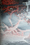 Abstrakt begrepp bildar på en vägg som bildas av sprucken torkad målarfärg Arkivfoto