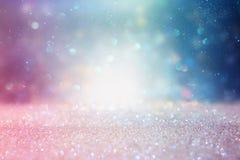 Abstrakt begrepp blänker purpurfärgad, blå och guld- ljusbakgrund för silver, de-fokuserat royaltyfri fotografi