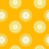 Abstrakt begrepp cirklar prydnader som är vita på ljus guling Arkivfoton