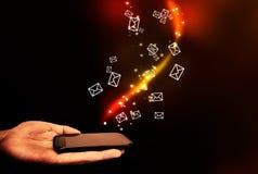 Abstrakt begrepp den röra mobilen ringer och att flyga kuvert. Arkivbilder