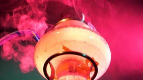 Abstrakt begrepp färgad rökvattenpipa på en svart lager videofilmer