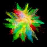 Abstrakt begrepp färgade pulverexplosion som isolerades på svart bakgrund Arkivbild