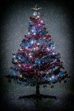 Abstrakt begrepp färgar den tonade jultreen med snowflakes Arkivbilder