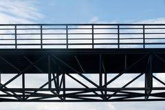 Abstrakt begrepp för konstruktion för strukturen och för himmel för konturstålbro utformar Royaltyfri Fotografi