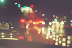 Abstrakt begrepp för natt för billyktabilar Defocused stoppat stad Royaltyfria Foton