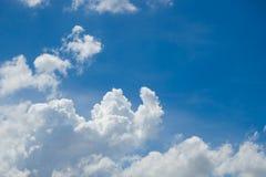Abstrakt begrepp fördunklar slappt med blå himmel Arkivfoto