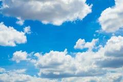 Abstrakt begrepp fördunklar slappt med blå himmel Arkivfoton