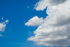 Abstrakt begrepp fördunklar slappt med blå himmel Royaltyfria Bilder