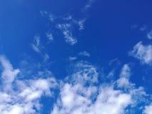 Abstrakt begrepp fördunklar slappt med blå himmel Arkivbilder