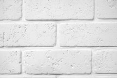 Abstrakt begrepp red ut textur befläckt gammalt stuckaturljus - gråna och åldras för tegelstenväggen för målarfärg vit bakgrund i Arkivbild