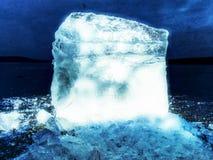 Abstrakt begrepp Skinande rynkad bruten is för yttersida, nya iskalla stycken på plan frostis Arkivbilder