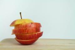Abstrakt begrepp skivat äpple på vita bakgrunder royaltyfri bild