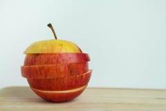 Abstrakt begrepp skivat äpple på vita bakgrunder stock illustrationer