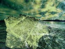 Abstrakt begrepp Smältande stycken av högg av iskvarter Starkt färgrikt panelljussken Royaltyfri Foto