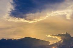 Abstrakt begrepp som är molnigt i solnedgångtid Arkivfoto