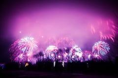 Abstrakt begrepp som är oskarpt, bokeh-stil färgrikt foto av fyrverkerier i en purpurfärgad signal Royaltyfri Fotografi