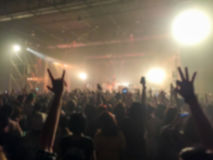 Abstrakt begrepp som är suddigt av konsert med händer som har upp gyckel Fotografering för Bildbyråer