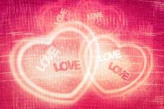 Abstrakt begrepp som hjärta-formas på röd tygtexturbakgrund Tappning Royaltyfri Bild