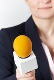 Abstrakt begrepp som skjutas av den kvinnliga journalisten With Microphone Arkivfoton