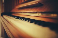 Abstrakt begrepp som skjutas av ett gammalt piano Arkivfoton
