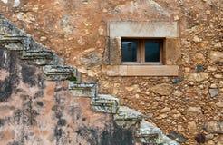 Abstrakt begrepp specificerar det stängd fönstret och trappa för stenvägg Royaltyfri Foto