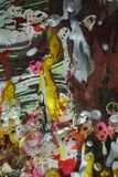 Abstrakt begrepp spots målning, den guld- purpurfärgade röda blåa vita silvergräsplanstrukturen, idérik målarfärgvattenfärgdesign Arkivbild