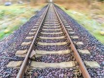 Abstrakt begrepp stolpe-bearbetade fotografiet av järnvägspår med blurr Arkivbild