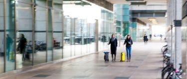 Abstrakt begrepp suddig bild av folk som går via den långa tunnelen med ljus på bakgrunden Arkivfoto