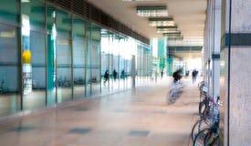 Abstrakt begrepp suddig bild av folk som går via den långa tunnelen med ljus på bakgrunden Royaltyfria Foton