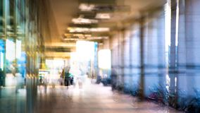 Abstrakt begrepp suddig bild av folk som går via den långa tunnelen med ljus på bakgrunden Royaltyfria Bilder
