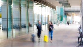 Abstrakt begrepp suddig bild av folk som går via den långa tunnelen med ljus på bakgrunden Fotografering för Bildbyråer