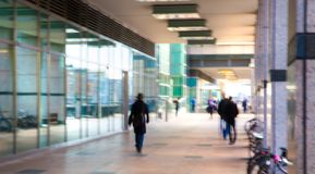 Abstrakt begrepp suddig bild av folk som går via den långa tunnelen med ljus på bakgrunden Royaltyfri Fotografi