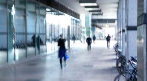 Abstrakt begrepp suddig bild av folk som går via den långa tunnelen med ljus på bakgrunden Arkivbilder