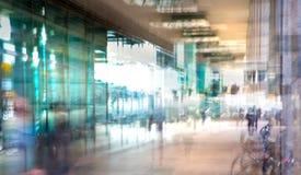Abstrakt begrepp suddig bild av folk som går via den långa tunnelen med ljus på bakgrunden Royaltyfri Foto
