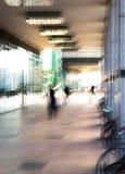 Abstrakt begrepp suddig bild av folk som går via den långa tunnelen med ljus på bakgrunden Arkivbild