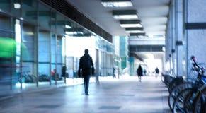 Abstrakt begrepp suddig bild av folk som går via den långa tunnelen med ljus på bakgrunden Royaltyfri Bild